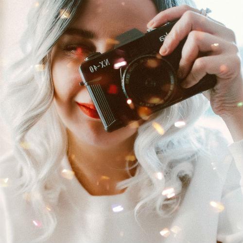 lány fényképezőgéppel